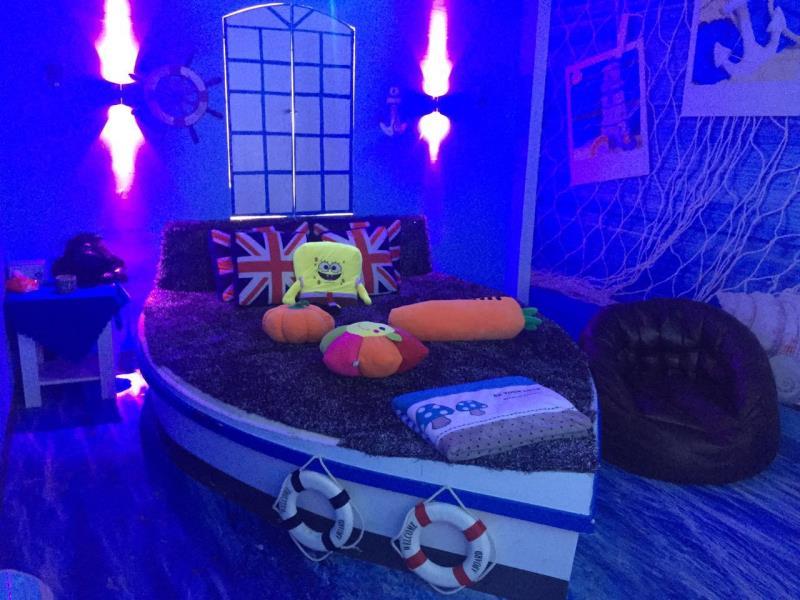深蓝海盗船主题包间