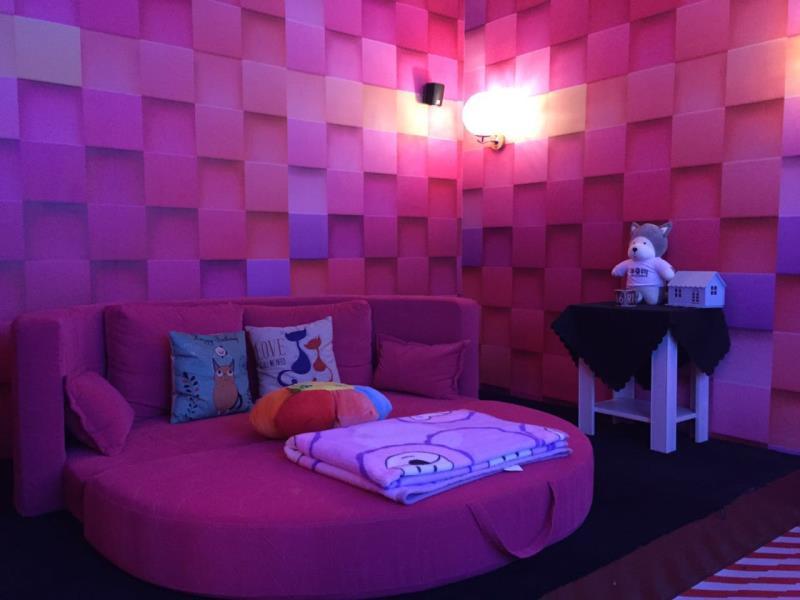 粉色浪漫主题包间